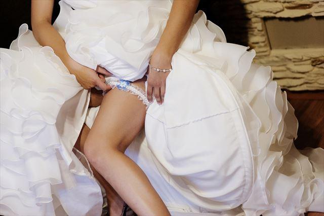ブーケトスにガータートス?花嫁に招待客がキス?世界の変わった結婚式、風習