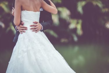 ウェディングドレスはなぜ白い?純白のルーツと歴史とは