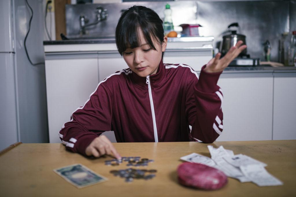 お金があまりない女性